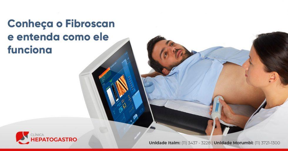 A imagem mostra um paciente deitado, fazendo o exame fibroscan.