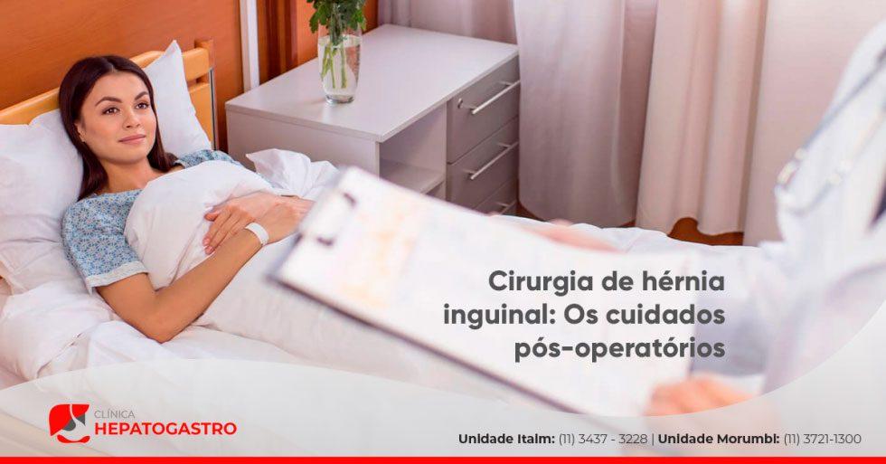 Ao Fundo Da Imagem, Há Uma Mulher Deitada Na Cama De Hospital.