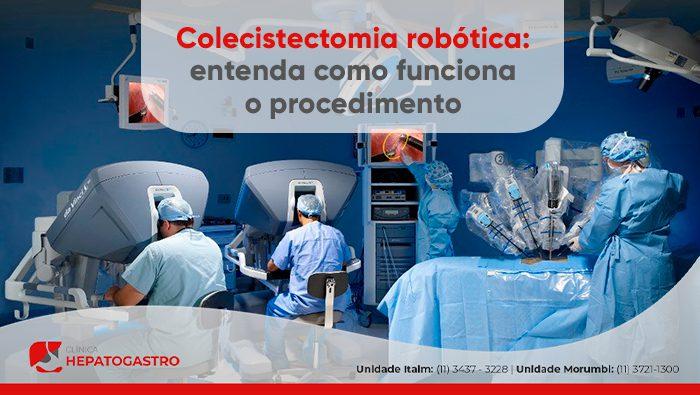 A imagem mostra uma sala de cirurgia robótica com 2 médicos manipulando a cirurgia através de computadores, e o robô manipulando instrumentos no paciente que está deitada em uma maca.