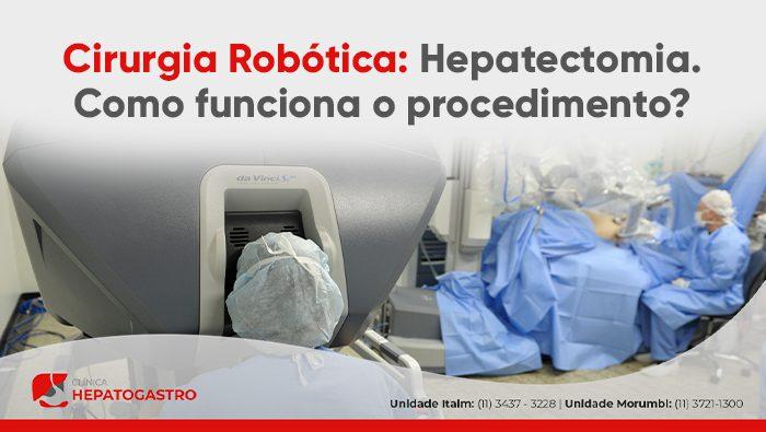 A imagem mostra um homem com o rosto no console da cirurgia robótica.