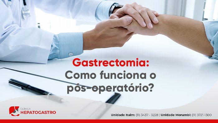 A imagem mostra um doutor segurando a mão do paciente.