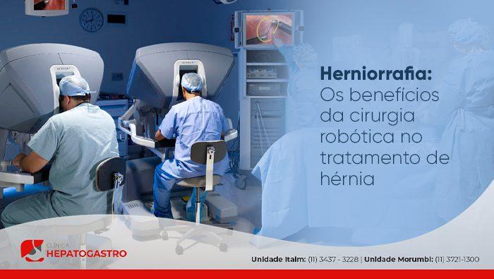 A imagem mostra uma sala de cirurgia com o paciente em uma maca e dois médicos com o rosto em uma máquina computadorizada.