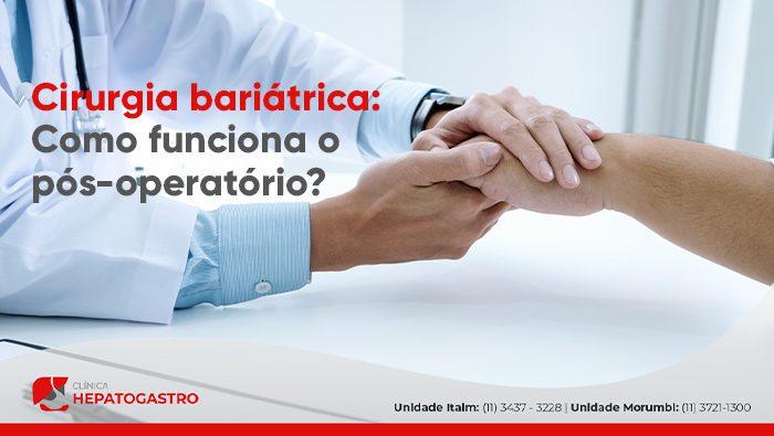 A imagem mostra um médico segurando a mão de um paciente.