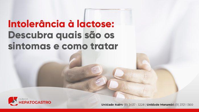 A imagem mostra as mãos de uma pessoa segurando um grande copo de leite.