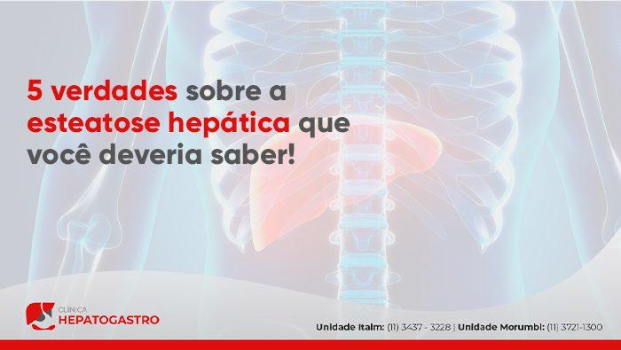 A imagem mostra uma ilustração digital do esqueleto do corpo humano com o fígado em destaque na cor vermelha.
