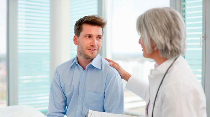 A imagem mostra a doutra falando com o paciente.